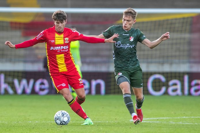 Marc Cardona (l) aan de bal namens GA Eagles. De Spaanse spits scoorde bij zijn debuut in de Adelaarshorst. Rechts Emmen-speler Teun Bijleveld.