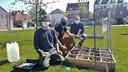 Frederik Gerits, Joris Matthé en milieuschepen Benny Smets bij een van de vierkantemetertuintjes, vlakbij het gemeentehuis van Laakdal.