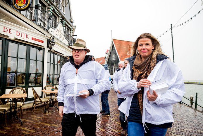 Jan Roos, voormalig lijsttrekker van de partij VoorNederland en Tanya Hoogwerf tijdens een flyeractie in Volendam.