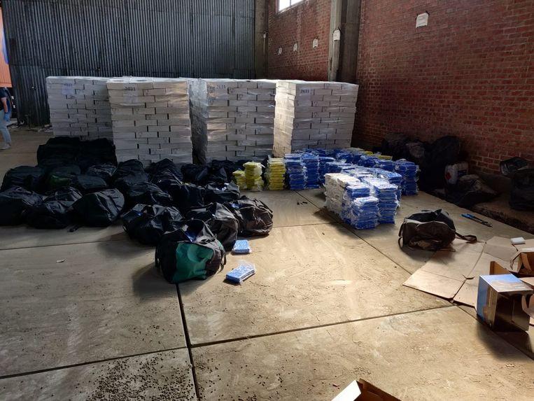 Foto's van de cocaïne die de federale gerechtelijke politie maakte bij de inval in de loods in de Bremerstraat.