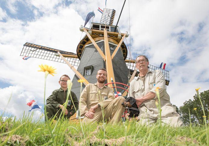 Drie generaties (aspirant)molenaars van De Hoop & Verwachting in Borssele: Jelmer Kot, Arjen Burger en Pieter Hazelager. Wethouder Kees Weststrate zette hen zaterdag in het zonnetje.