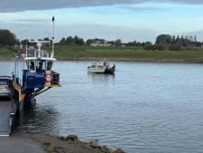 Stuurloos bootje houdt Olsterveer enige tijd aan de kant