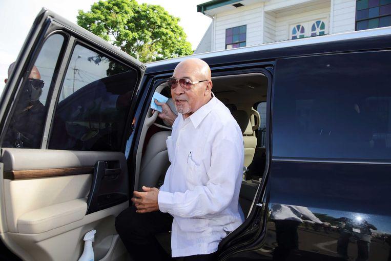 Desi Bouterse komt aan bij de Surinaamse krijgsraad voor het vervolg van de inhoudelijke behandeling van de Decembermoorden-strafzaak tegen de oud-president en ex-legerleider. Beeld ANP