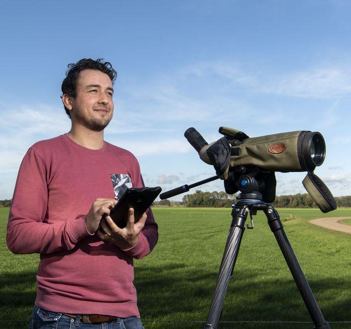 Vogelteller Floris Kouters met apparatuur in actie aan de Havelandweg bij Rekken