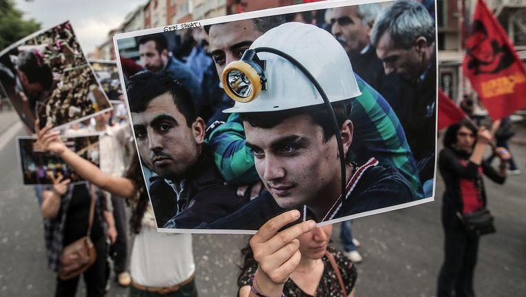 Demonstranten in Istanboel tonen foto's van de omgekomen kompels in de mijn in Soma.