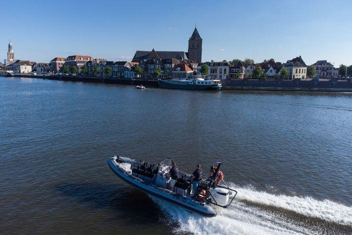 Nieuwe snelle rondvaartboot. Nick Krijn en zijn matroos Rob van Slooten.