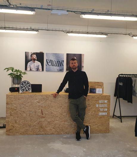 """Tourist LeMC opent pop-up voor een week in stadscentrum: """"Ideaal om dicht bij mijn fans te blijven staan"""""""