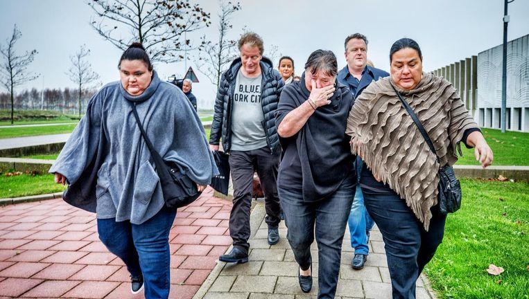Nabestaanden van Mitch Henriquez zeggen geen vertrouwen meer te hebben in het proces en verlaten donderdag met hun advocaat Richard Korver (tweede van rechts) de rechtbank. Beeld Raymond Rutting