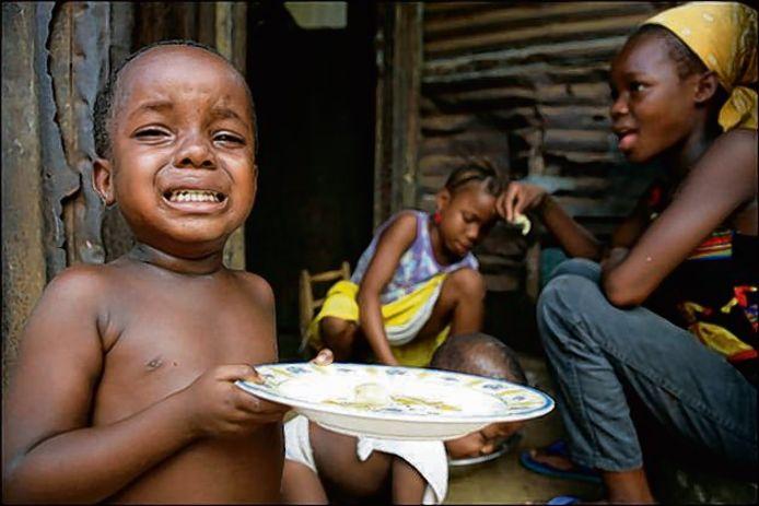 Kinderen in het centrum van Monrovia, de hoofdstad van Liberia, leven in bittere armoede.