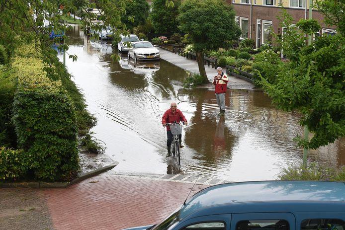 Vooral in 2014 en 2015 kwamen straten na forse hoosbuien blank te staan. Dat gebeurde ook in de Altenastraat in Nieuwendijk.