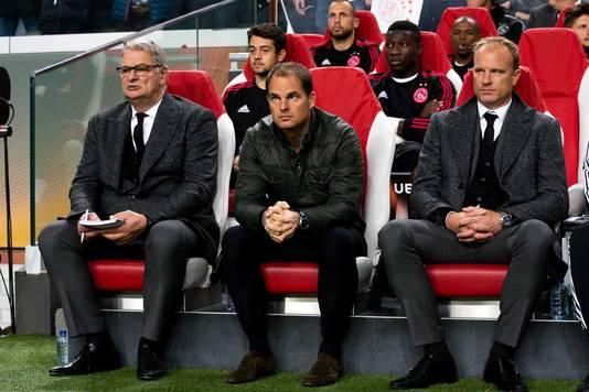 Dennis Bergkamp (rechts) op de bank naast Ajax-trainer Frank de Boer.