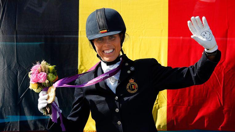 Michèle George met één van haar gouden medailles op de Equestrian Games. Beeld EPA