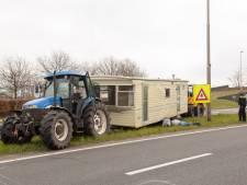 Stacaravan krijgt lekke band en schiet van provincieweg in Baarn