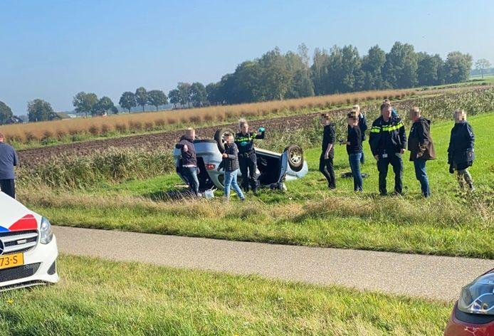 Een auto met drie inzittenden sloeg over de kop op de N348 bij Heeten.