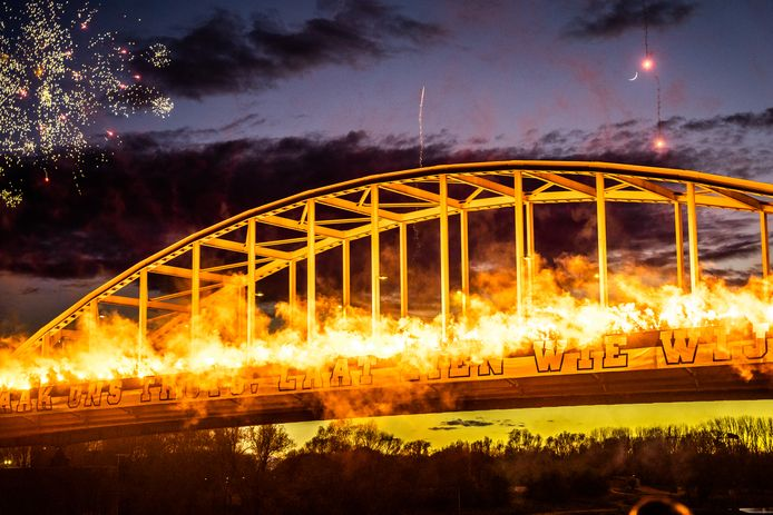 Het ophangen van het spandoek door de Vitesse-supporters ging woensdagavond gepaard met een groots vuurwerk.