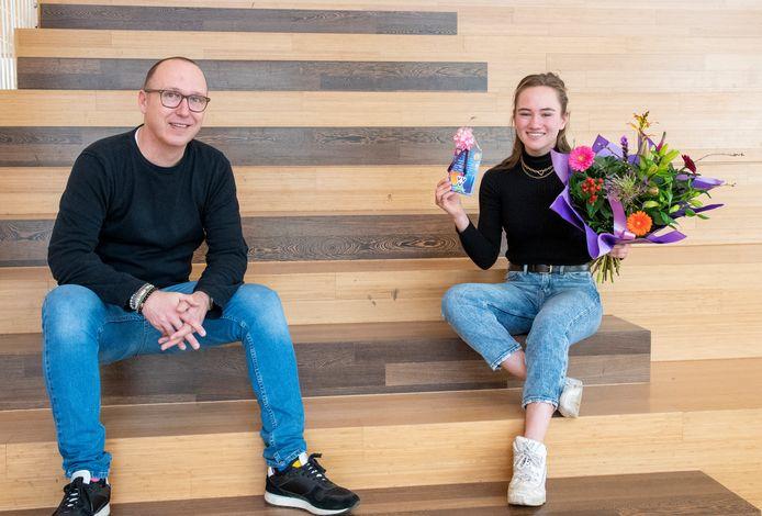 Lauren Palamba, die de prijs voor beste jeugdvertaalster van Nederland won en Jan Zuiderbaan, haar docent Duits.