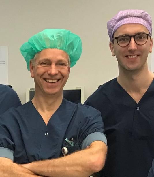 Plastisch chirurgen Maarten Hoogbergen (links) en Emiel van Haren.