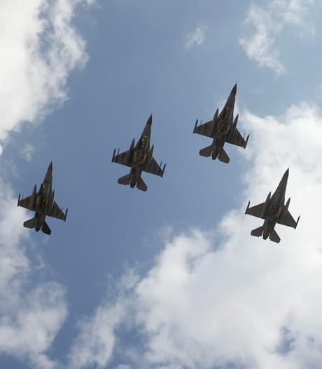 Fly-by met F16's in Volkel om militairen uit de Tweede Wereldoorlog te herdenken