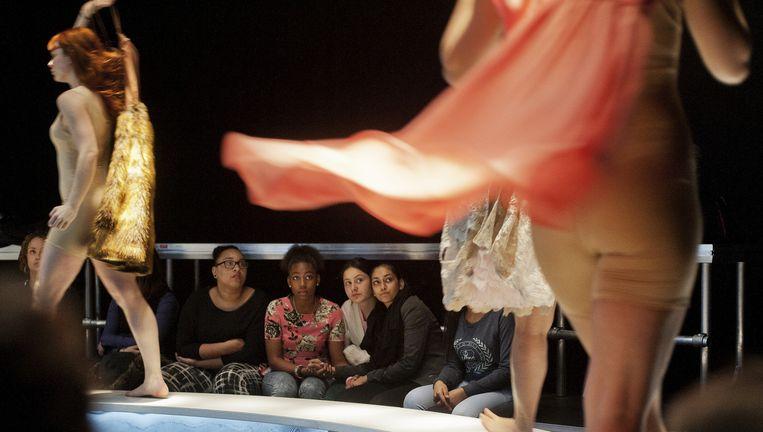 De voorstelling in het Maaspodium. De leerlingen zitten er dicht op en reageren heel direct. Beeld Michael Schaap