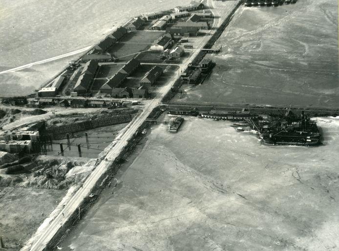 Werkeiland Lelystad-Haven in de vijftiger jaren. De grond nabij de voormalige kantine (het witte gebouw in het midden) wordt nu verkocht.