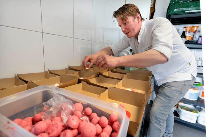 Thomas van Santvoort van restaurant Flicka in Kerkdriel is druk in de weer met zijn take away-sterrengerechten.