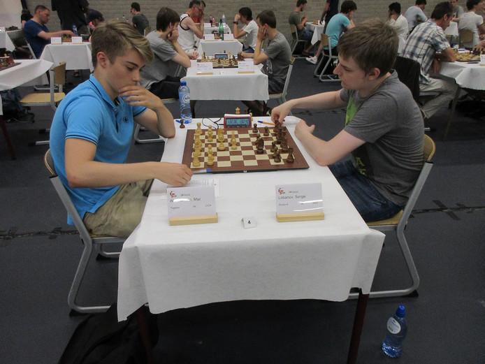 De Rus Sergei Lobanov (rechts) ten koste van Max Warmerdam uit Tegelen op weg naar de gedeelde koppositie.