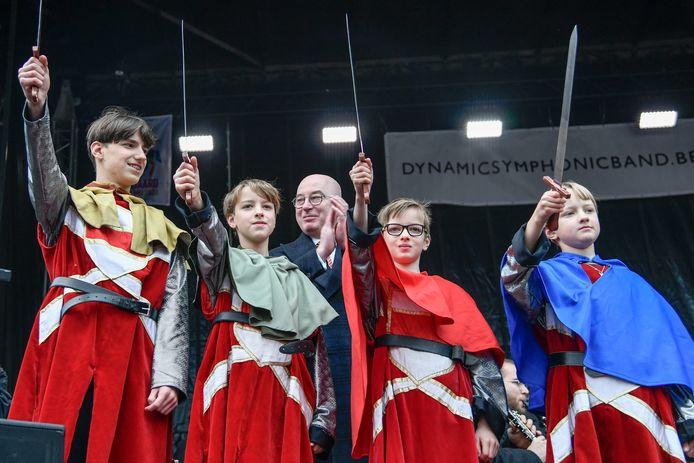 De zwaarden, helemaal opgepoetst, in de lucht om een massa volk op de Grote Markt te begroeten. De officiële aanstelling van de broers Cassiman tot Vier Heemskinderen is een feit.