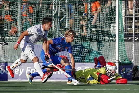 Cedric Charlier van België in duel met Justen Blok.