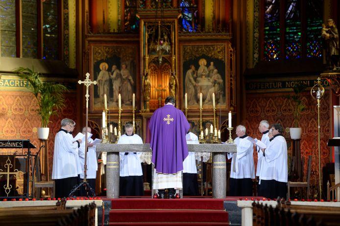 Viering met kardinaal Eijk in de Lambertus kerk in Hengelo.