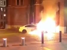 Un véhicule de police volontairement incendié devant le commissariat de Saint-Gilles