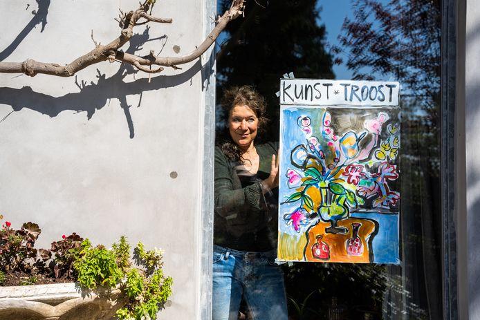 Petra Hartman heeft het startsein gegeven voor de venster-expositie Kunst*Troost.