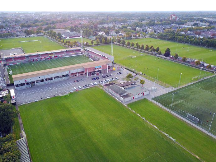 Sportpark De Braak in Helmond met rechtsachter het stadion de velden van HTV en OEC.