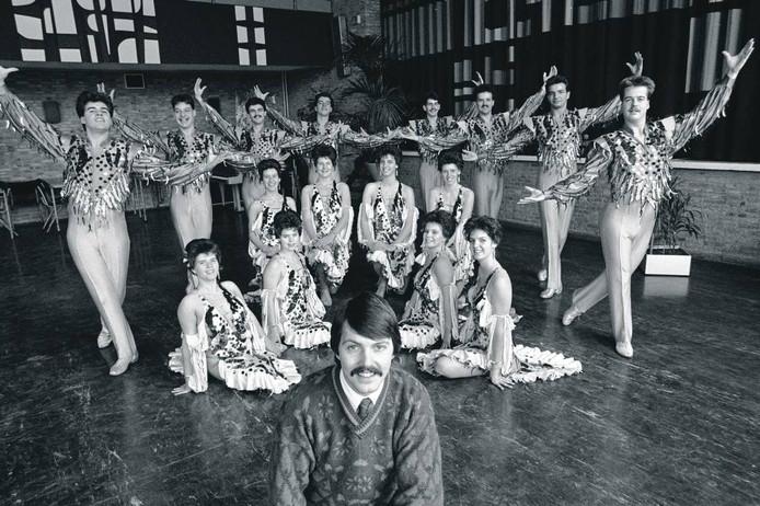 Thom van Amsterdam maakte deze bijzondere foto met mannelijke en vrouwelijke dansers, kennelijk geleid of gepromoot door de meneer op de voorgrond.