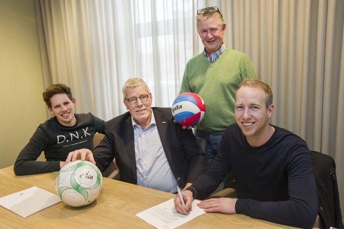 Vlnr Niels Voortman, Wim Hondelink, Hennie Leunk en Ronald Reurink bij de ondertekening van de akte