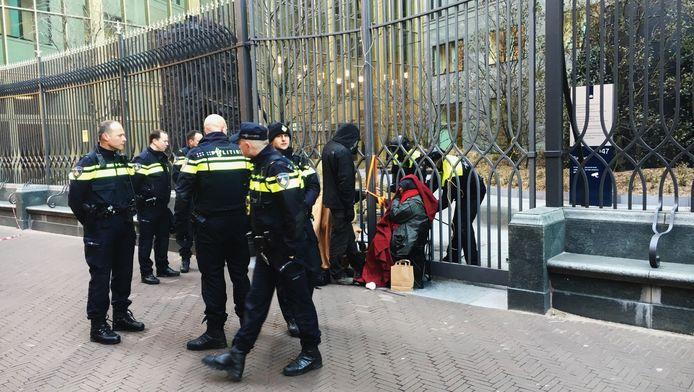 de demonstranten ketenden zich vast aan het toegangshek aan de Haagse Turfmarkt.
