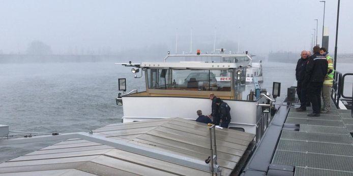 De Milieu Ongevallen Dienst (MOD) doet onderzoek in Nieuwegein op het schip De Fox.