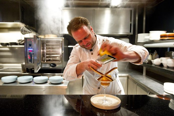 Ysbrandt Wermenbol in de keuken van Lime bezig met een dessert.