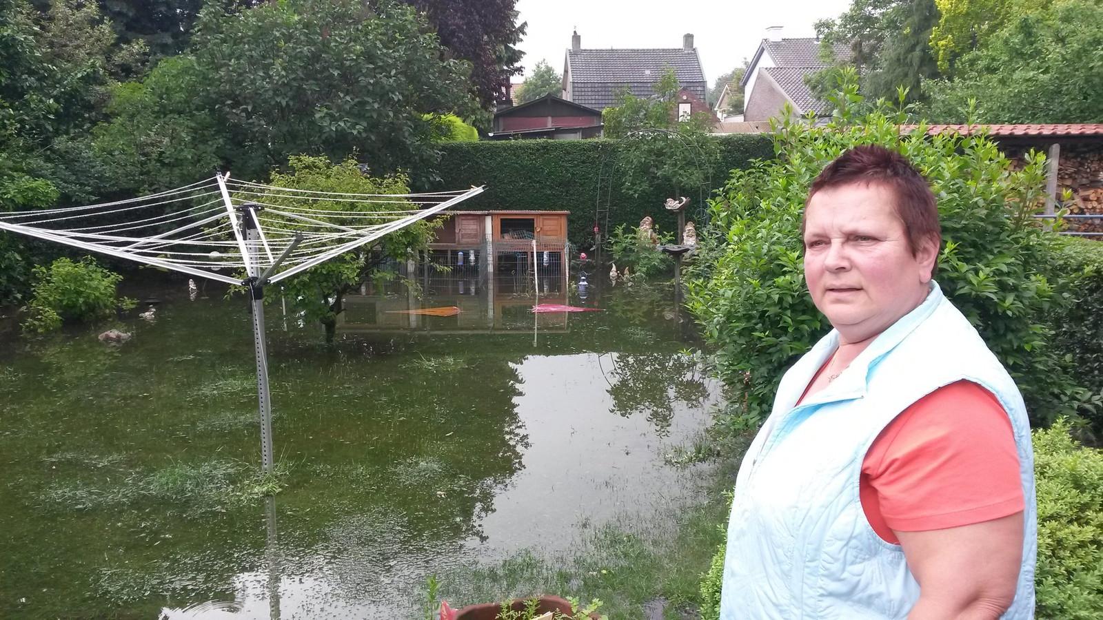 Bewoner van de Keizerstraat na wateroverlast begin juni 2016.