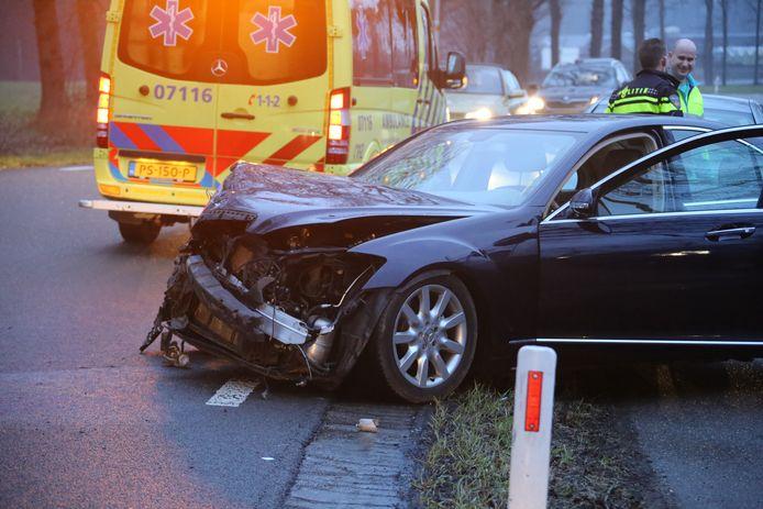 Schade aan de auto na de botsing met een boom in Nijkerk.