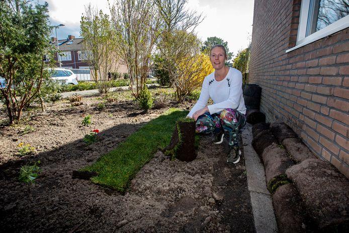 Harmke Leloux moet de graszoden die ze kocht om het gemeenteperkje naast haar huis op te fleuren weer wegdoen. Van de gemeente mogen bewoners niets met de gemeentegrond doen.