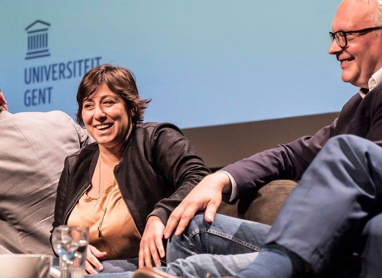 Groen-voorzitter Meyrem Almaci naast Peter Mertens (PVDA) op het 'kopstukkendebat' in de Vooruit. Haar partij kreeg de voorbije weken een flink cadeau. Onverwachte afzender: Bart De Wever. Beeld BELGA