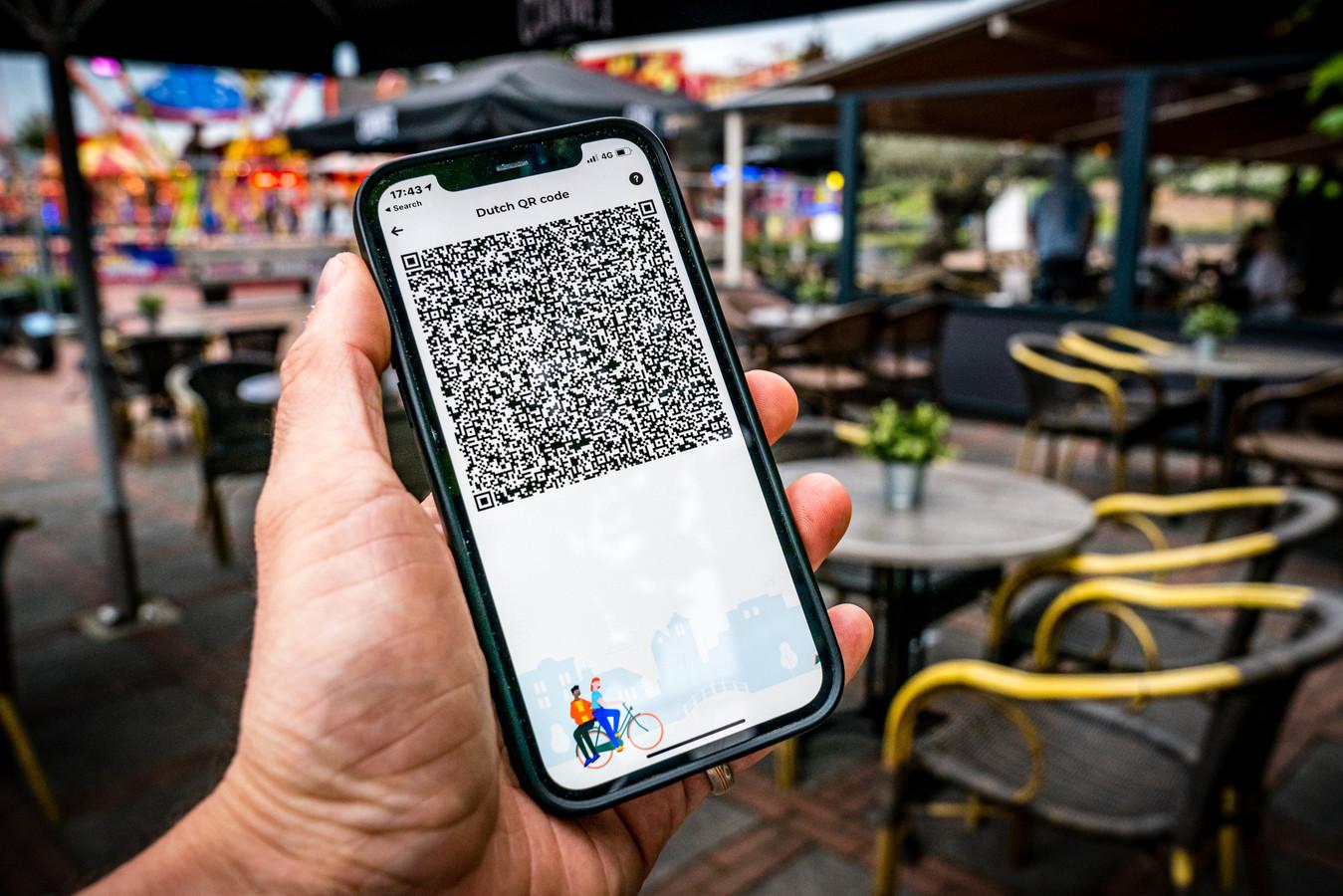Een telefoon met een QR-code in de Coronacheck app op een terras. Foto ter Illustratie.