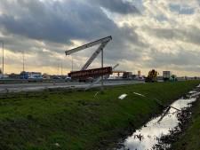Vrachtwagen schiet berm A28 in bij Putten en ramt verkeersbord