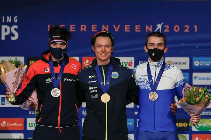 Patrick Roest op het podium naast Nils van der Poel en Sergei Trofimov.
