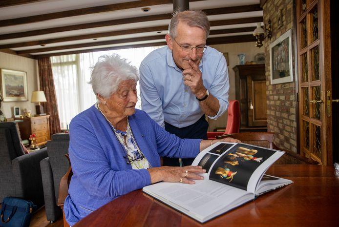 Joke Peels-Mollen en haar zoon Robert Peels bekijken het boek dat ze over hun voorvader Karel Mollen maakten.