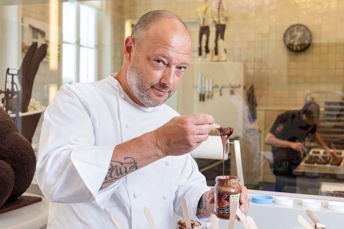 Dominique Persoone a passé seize pâtes à tartiner à base de noisettes à la loupe.