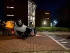 Automobilist met borrel op rijdt tegen paal aan en slaat over de kop in Nijkerk