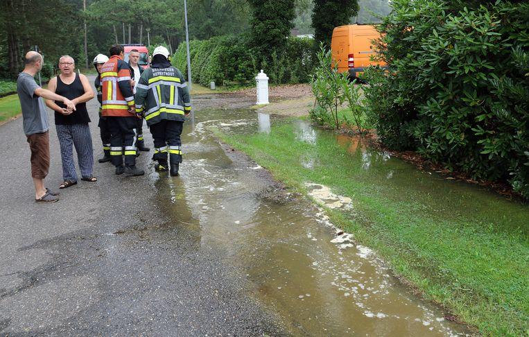 De brandweer komt zien of er water moet weggepompt worden.