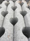 Tijdens mijn fietstochtje van Neede naar Eibergen via de sportpark de Bijenkamp ben ik een paar keer over de nieuwe N18 gefietst, zeg maar overgestoken. Een bijzondere ervaring. Op 24 maart 2018 waren de werkzaamheden nog in volle gang. De stenen op bijgevoegde foto stonden klaar om gebruik te gaan worden voor de nieuwe N18. Wat de opgestapelde stenen bijzonder maakt zijn de hartjes. Zo nog mooi te zien, maar nu al gebruikt voor nieuwe N18 en niet meer zichtbaar. Realiseer mij dat de nieuwe N18 voor emoties heeft gezorgd. Het is nogal wat, een geheel nieuwe weg in het landschap, huizen die moesten wijken enzovoort. Maar ik schat in dat binnenkort velen HART-stikke blij zullen zijn met de nieuwe N18.