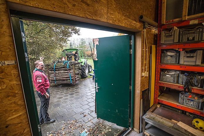 de bij inbraak geforceerde deur van het scoutinggebouw in made moet worden gebarricadeerd door stapel houtblokken.